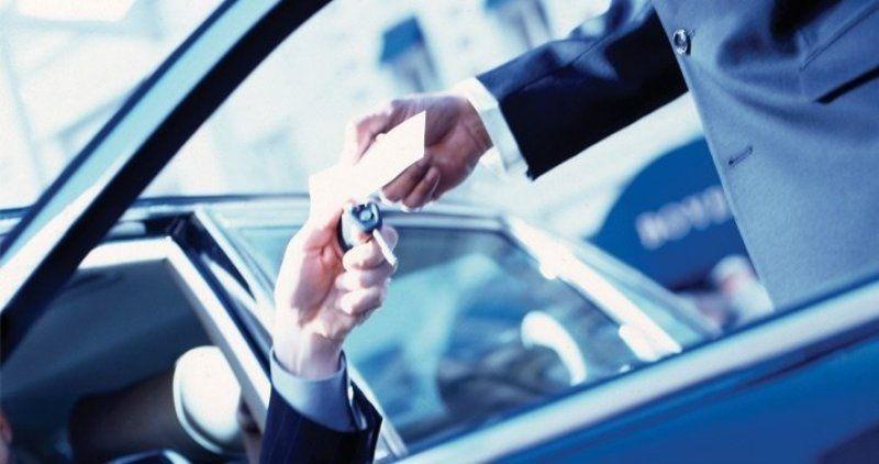 Petugas valet parkir adalah salah satu orang yang bisa kamu beri tip