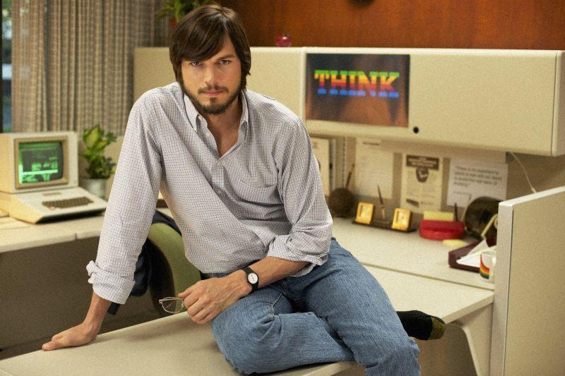Ashton Kutcher sebagai Steve Jobs dalam film 'Jobs' (2013)
