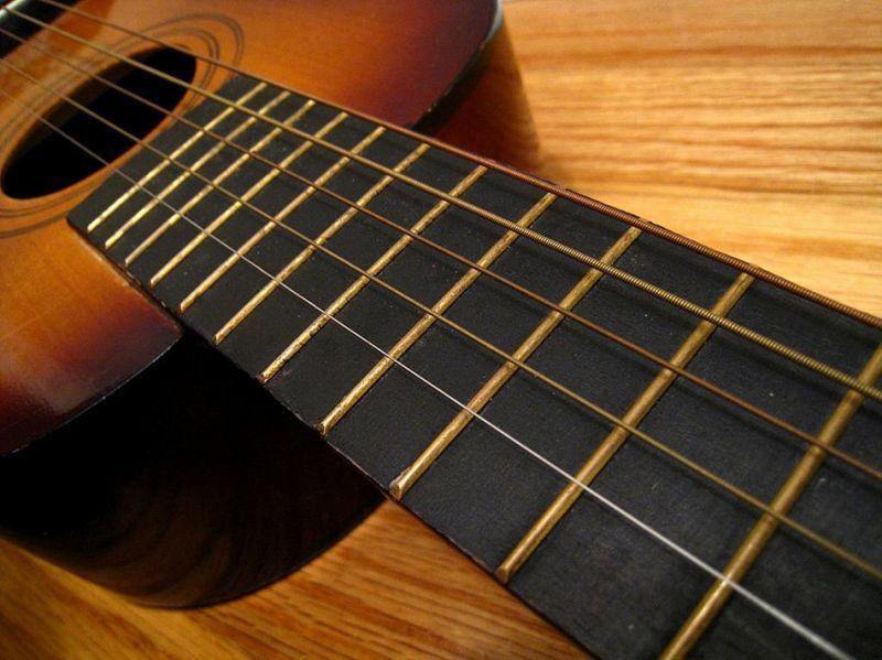 Merawat senar gitar