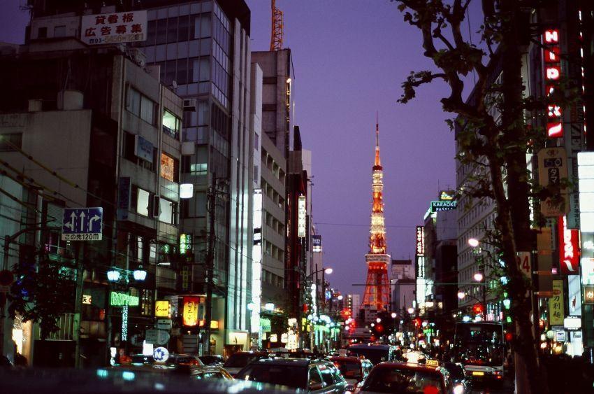 Tokyo Tower dari sudut jalan