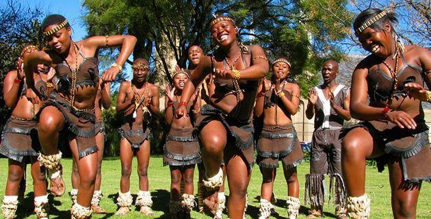 Suku Tswana di Afrika Selatan menari