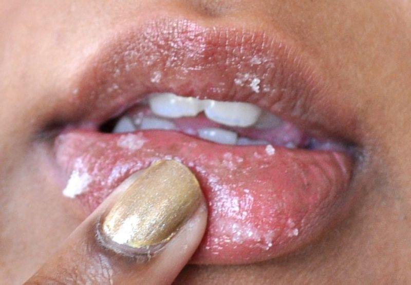 Gosokkan di bibir