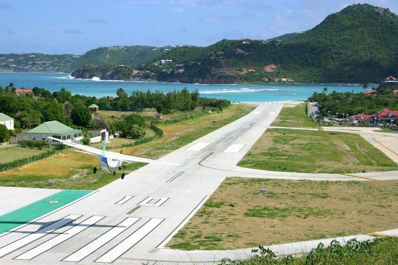 Pesawat mendarat di Bandara Saint Barts
