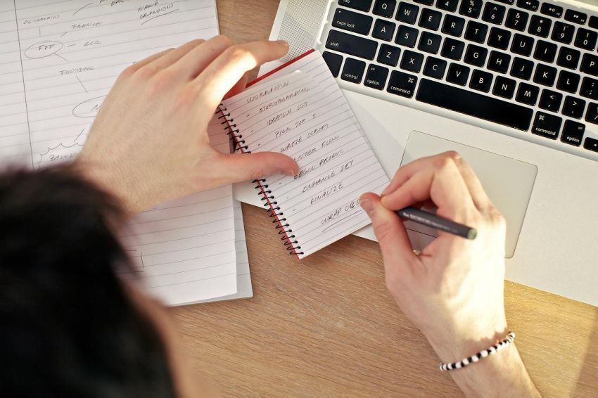 tetap mengandalkan tulisan tangan