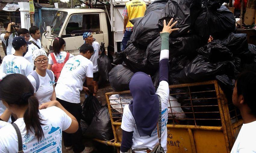 Relawan di Bandung bebersih sampah