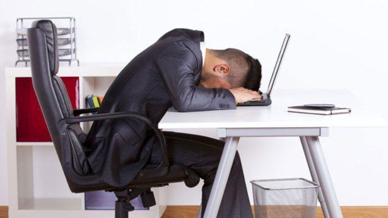 jangan tidur di meja kerja