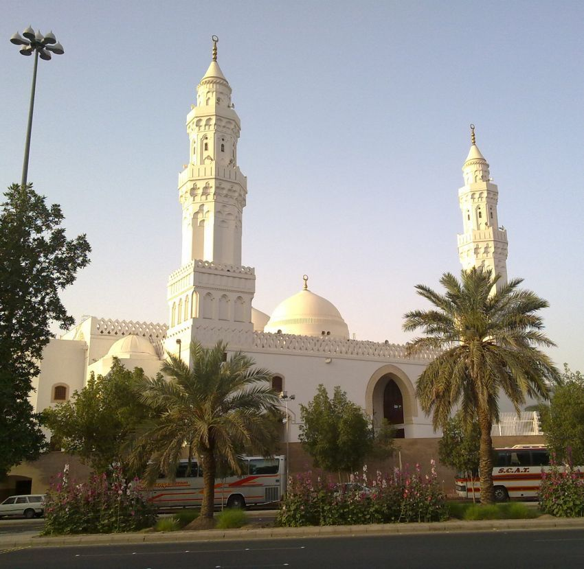 Pintu masuk masjid Qiblatain