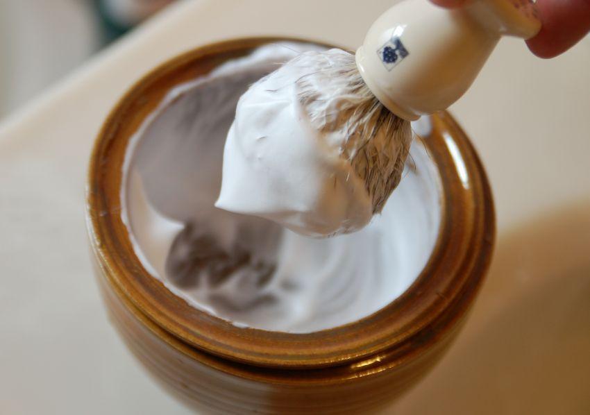 Gunakan busa atau krim sebelum bercukur
