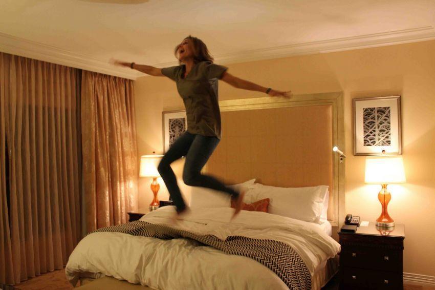 melompat dari tempat tidur