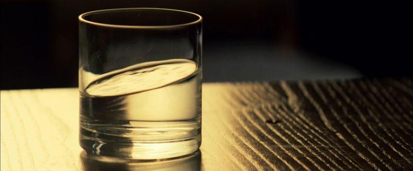 sediakan segelas air di meja tidur