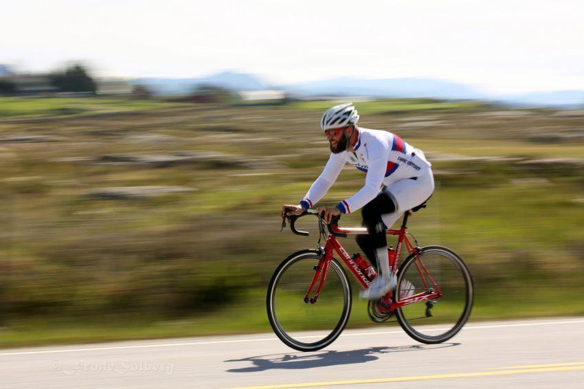bersepeda dengan helm dan peralatan lengkap