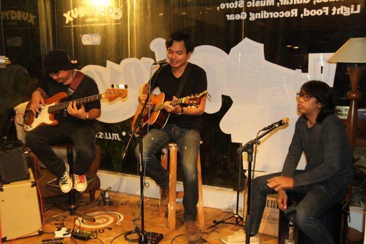 Rendy Pandugo (tengah)
