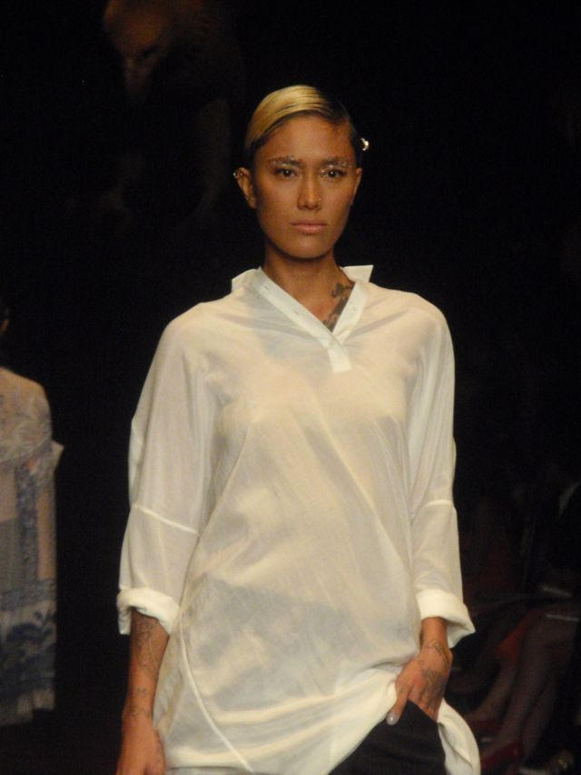 Kulit item, baju putih