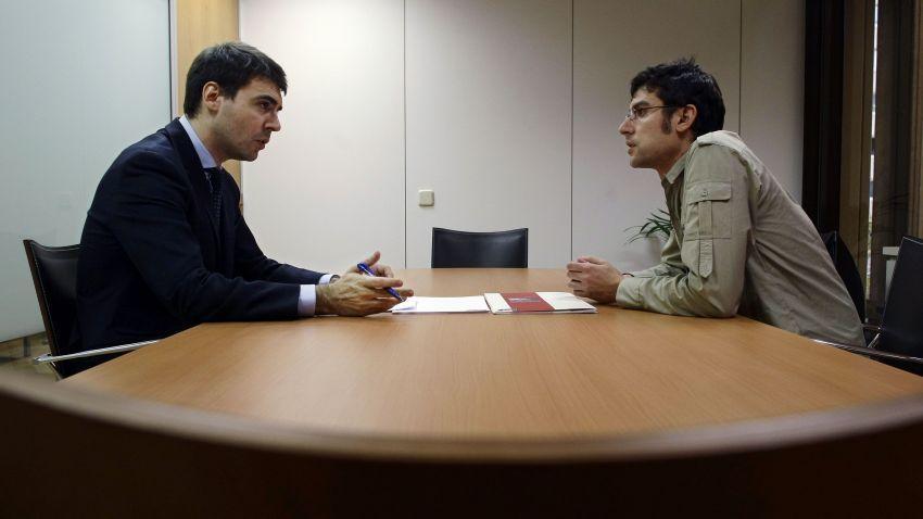 Tirukan gerakan pewawancara