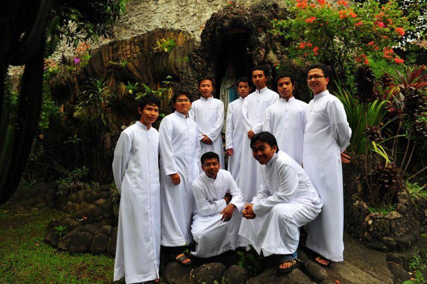 Para calon imam yang dididik di seminari