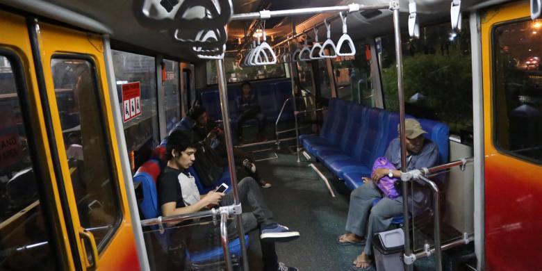 Menunduk di Transjakarta