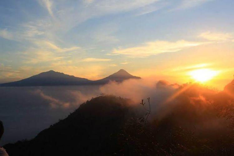 Pemandangan di Puncak Suroloyo