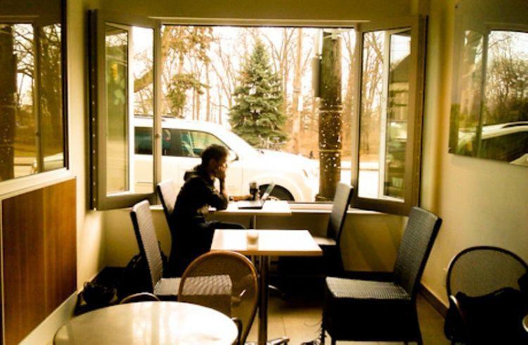 menulis di dekat jendela