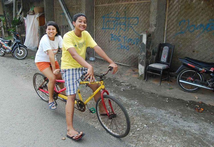 Menjajal sepeda tandem bareng teman