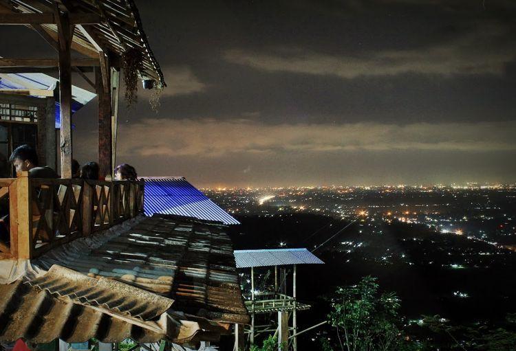 Nikmati pendar city light Jogja dari Bukit Bintang