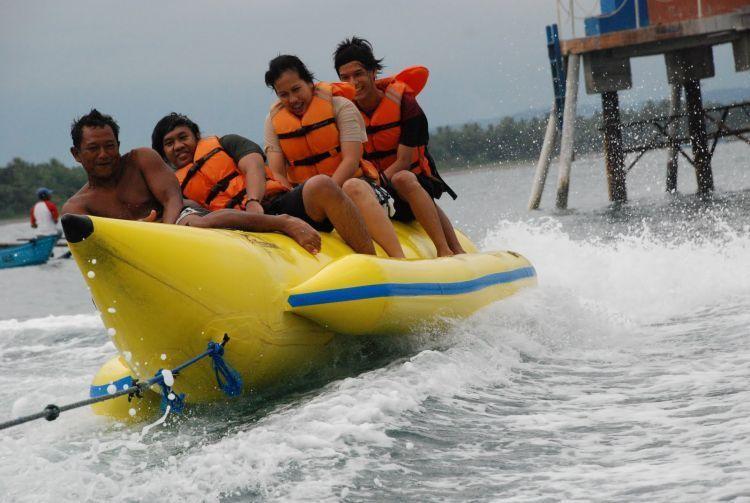 Main Banana Boat di Pantai Batu Karas juga layak dijajal