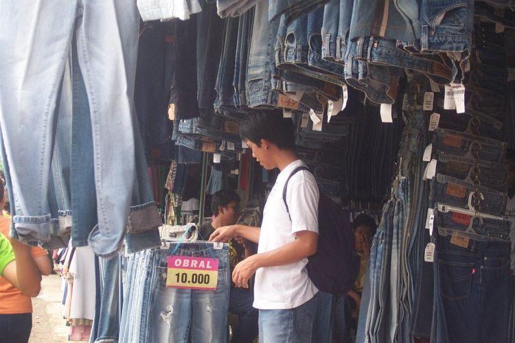 Jeans pun diobral dengan murah di sini