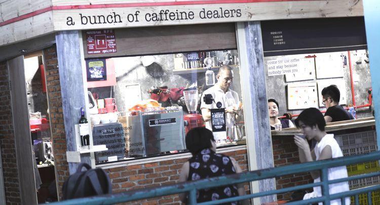 Nongkrong sambil minum kopi di pasar? Bisa.