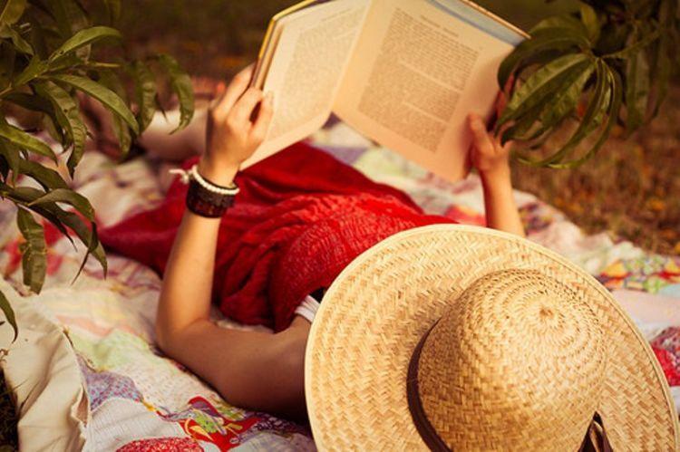membaca buku contohnya