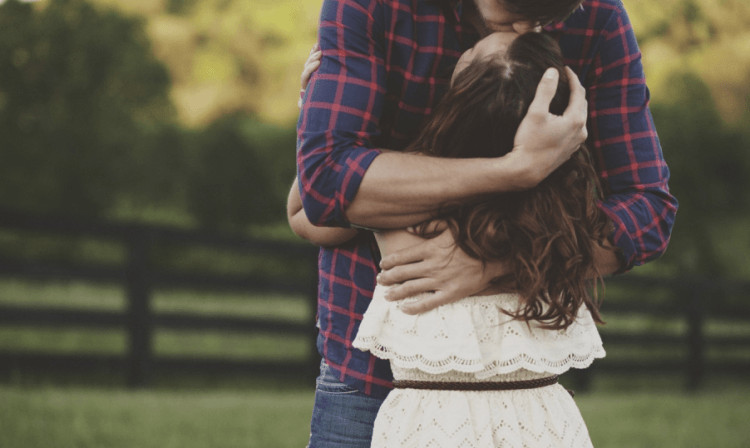 saling memeluk untuk menguatkan