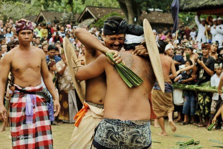 Berinteraksi sekaligus mempelajari tradisi.