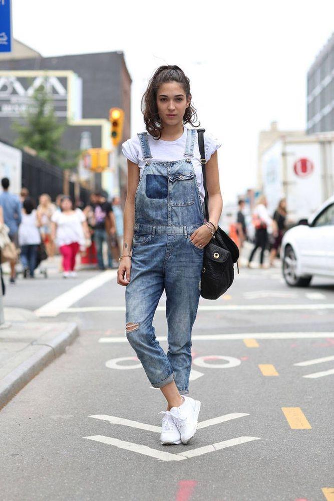 Sneakers dan sling bag: 2 item yang bikin gaya tomboymu makin keren