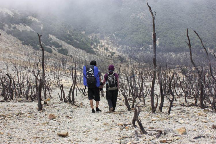 Foto prewed ala pendaki gunung di hutan mati Papandayan