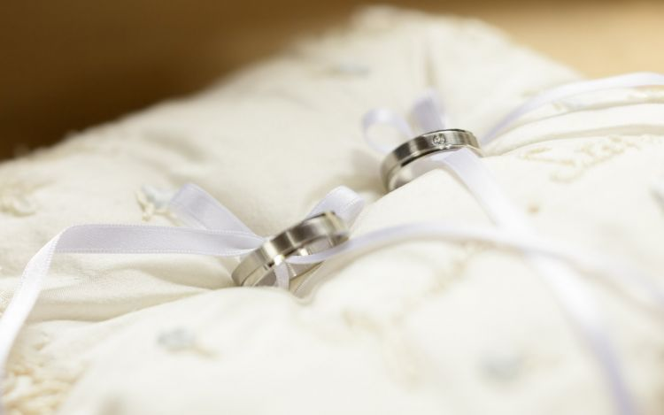 http://www.hipwee.com/wp-content/uploads/2015/02/Wedding-Ring-Couple-Wallpaper-750x469.jpg