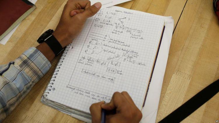 menulis dengan tangan