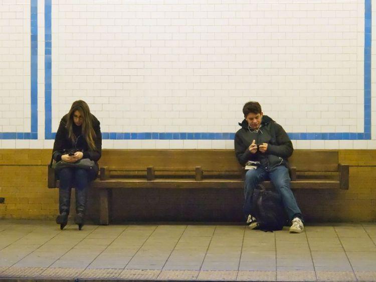 Dunia gak seluas layar iPhone, bung dan nona!