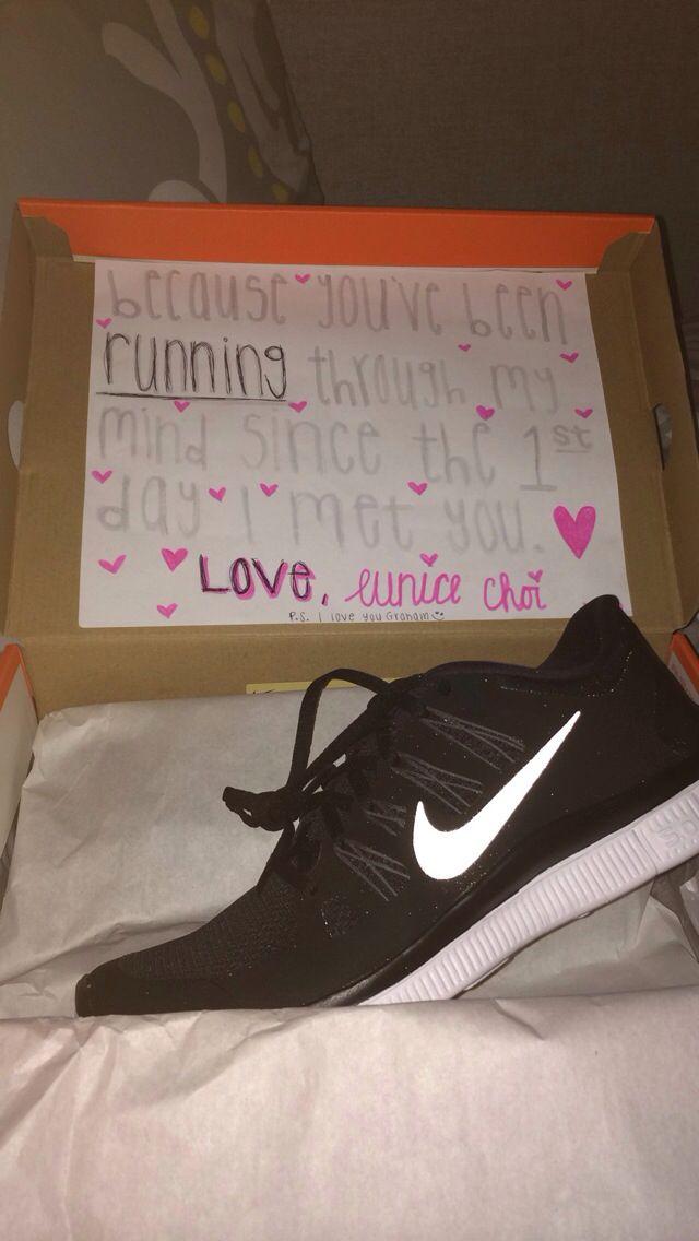 Sepatu sneakers bisa jadi opsi yang oke