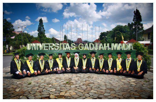 Foto di depan plang nama universitas