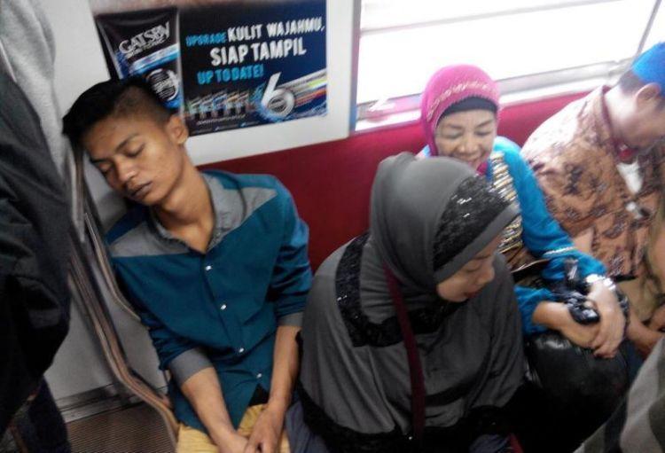 Apapun posisi dan kondisinya, harus tidur commuter line