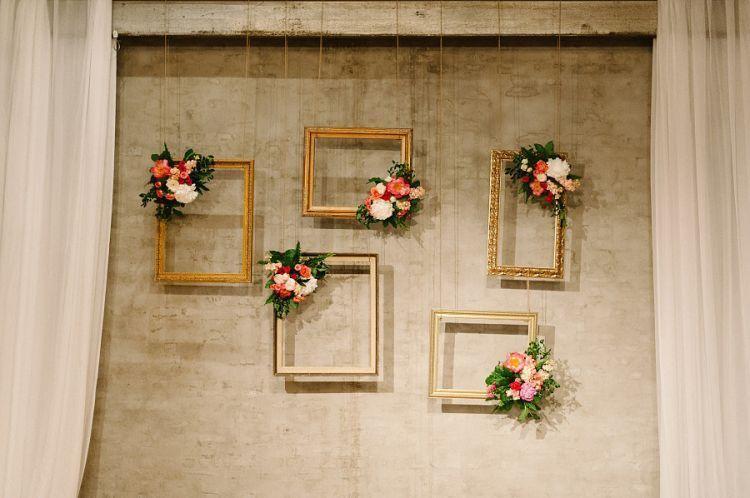 Manfaatkan figura untuk hiasan booth pernikahan