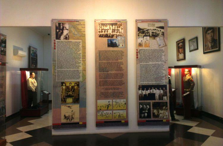 Biografi singkat TB Silalahi di dinding