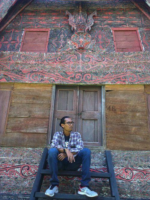 Mejeng di salah satu rumah adat di Huta Batak