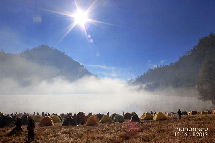 Kabut seakan bekerjasam mengelilingi tenda (Kredit foto: Maharsi Wahyu