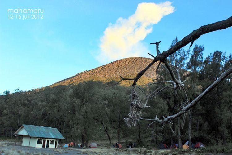 Esok pagi, Mahameru dan tanjakan pasir gagahnya sudah menanti (Kredit Foto: Maharsi Wahyu)