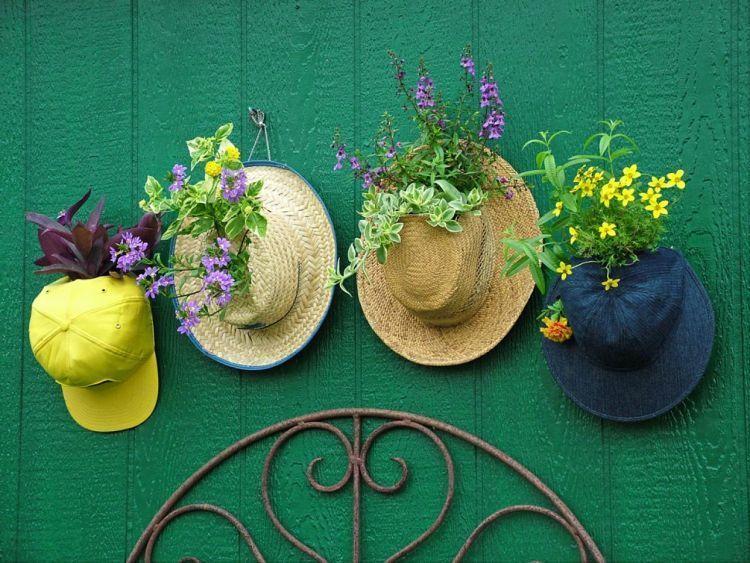 Berkebun dengan topi juga bisa jadi solusi