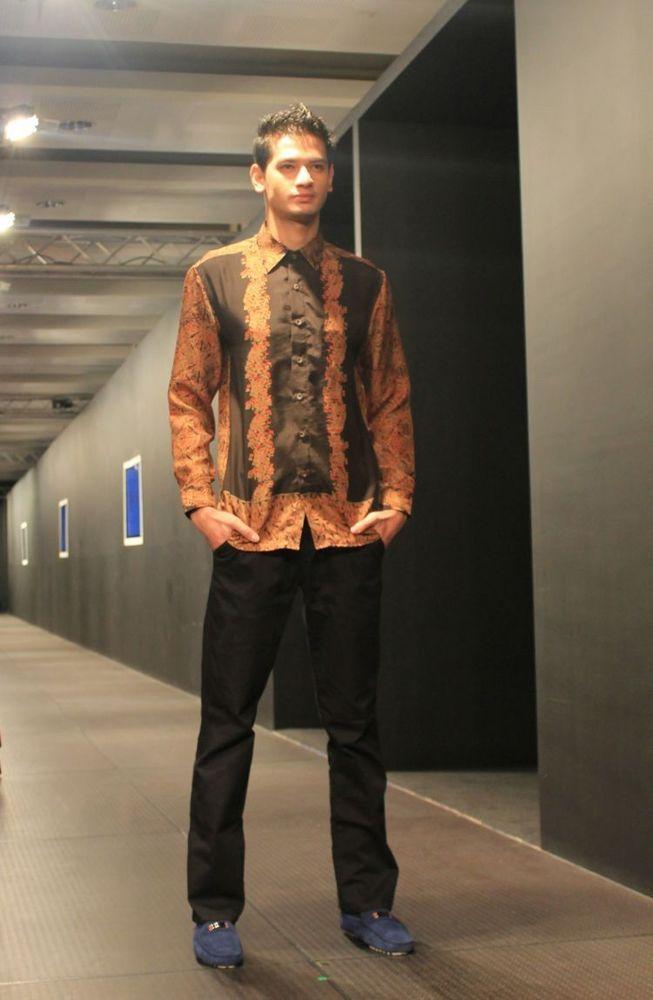Pakai celana model chino warna gelap