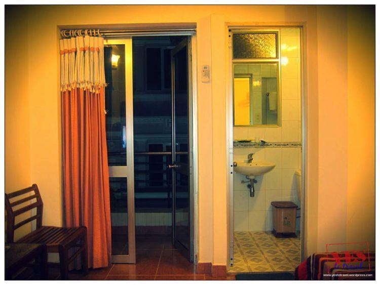 Hotel degnan kamar mandi dalam