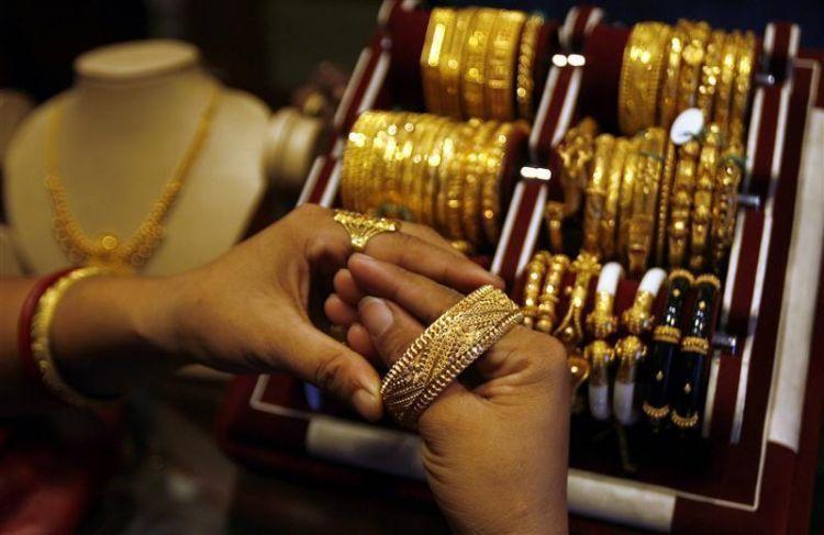 Berinvestasi dengan emas.