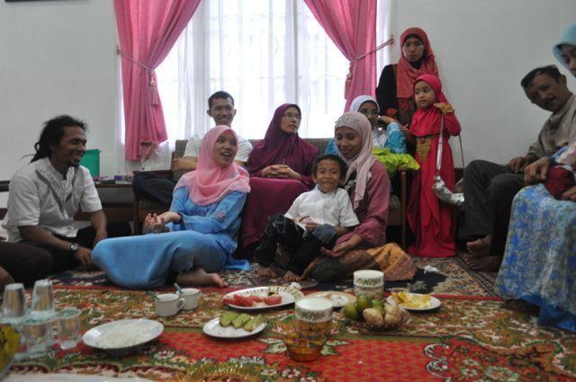Kunjungi keluarga