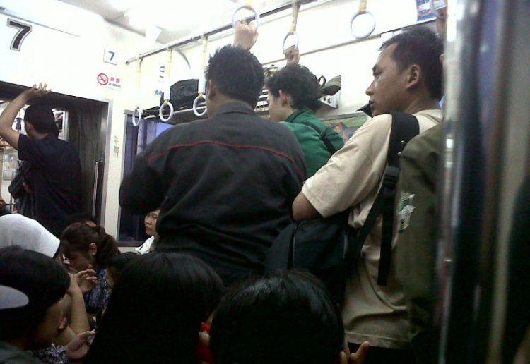 Penumpang commuter line yang netral