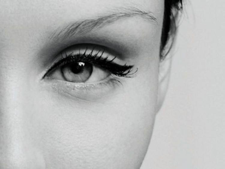 Eyeliner bikin matamu jadi cantik via
